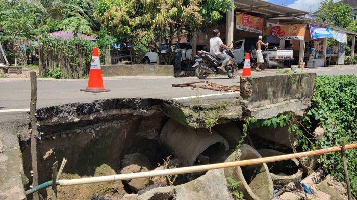 Lubang Mengangga Ganggu Pengendara Melintas Jalan Karang Jaya Prabumulih