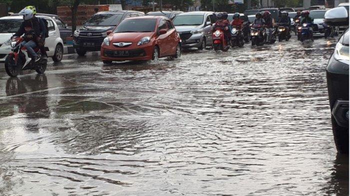 Jangan Asal Terobos, Ini Cara dan Etika Mengemudikan Mobil saat Melintas di Genangan Air