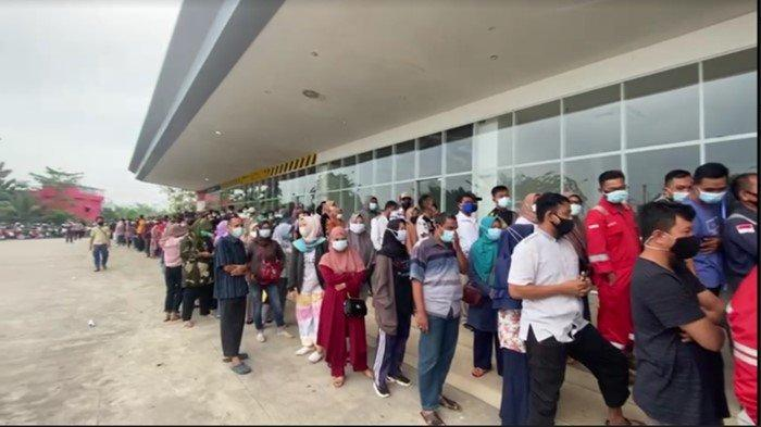 Ratusan Warga Prabumulih Antre Sejak Pukul 03.00 Pagi Untuk Vaksin di Citimall