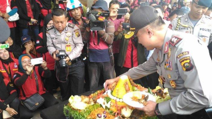 Kapolda Sumsel Hadiahi Tumpeng untuk Massa yang Gelar Mayday