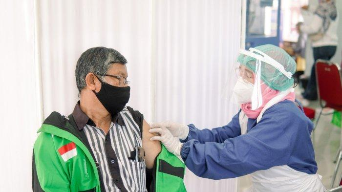 Pertama di Sumatera, Mitra Gojek Lansia Divaksinasi Covid-19 Oleh Pemerintah Kota Palembang