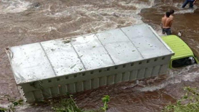 Warga Kaget, Mobil  Box Terjun ke Dasar Sungai di Lahat, Posisi Tak Terbalik