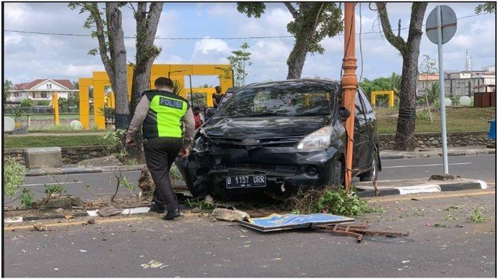 Sopir Xenia Banting Setir Hindari Tukang Becak Nyebrang, Kecelakaan di Jl Kolonel Wahid Udin Sekayu