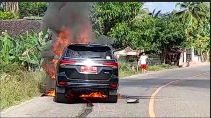 Mobil Dinas Sekda Muara Enim terbakar di ruas Jalan Muara Enim-Palembang tepatnya di Desa Tanjung Terang Kecamatan Belimbing, Sabtu (23/1/2021).