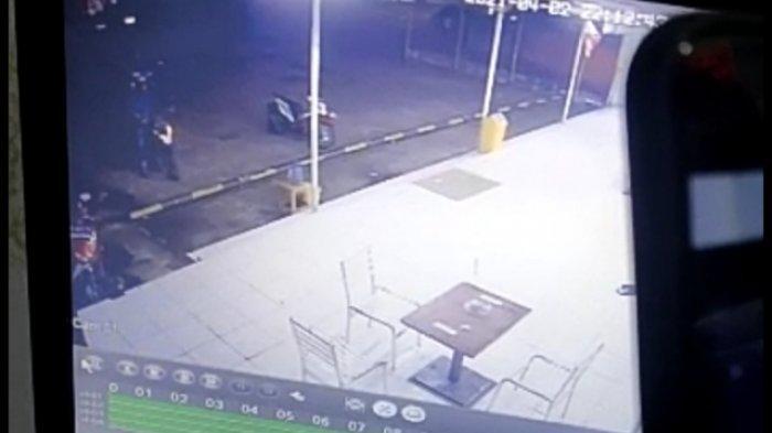 CCTV pencurian motor di Jalan Alamsyah Ratu Prawira Negara, Kecamatan Ilir Barat I Palembang, tepatnya di dekat simpang Macan Lindungan, Jumat (2/4/2021) sekira pukul 21.18 WIB.
