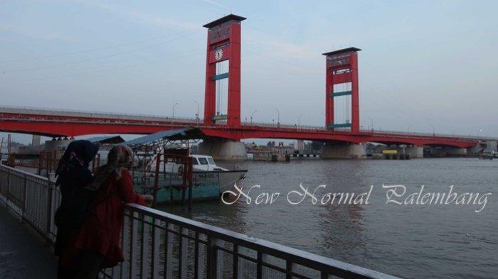 JEMBATAN AMPERA - Dua orang sedang melihat jembatan Ampera dari Dermaga Point. Jembatan Ampera merupakan ikon kota Palembang