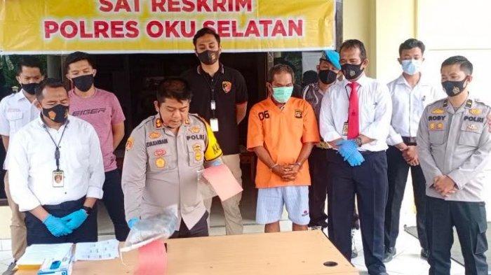 Tersangka penusuk Kepala Dinas Pemuda dan Olahraga (Kadispora) OKU Selatan di Polres OKU Selatan, Rabu (11/11/2020).