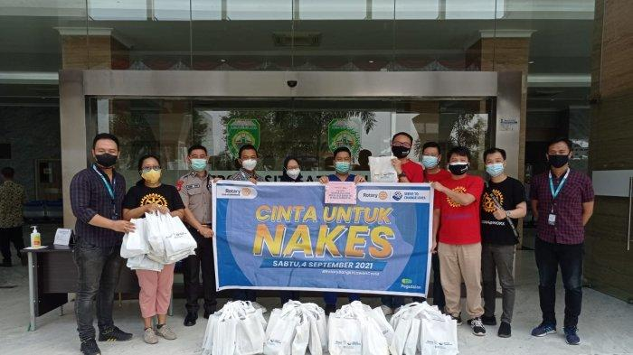 Peduli Nakes di Palembang Rotary Club Palembang Bagikan 250 Paket Cinta untuk Nakes