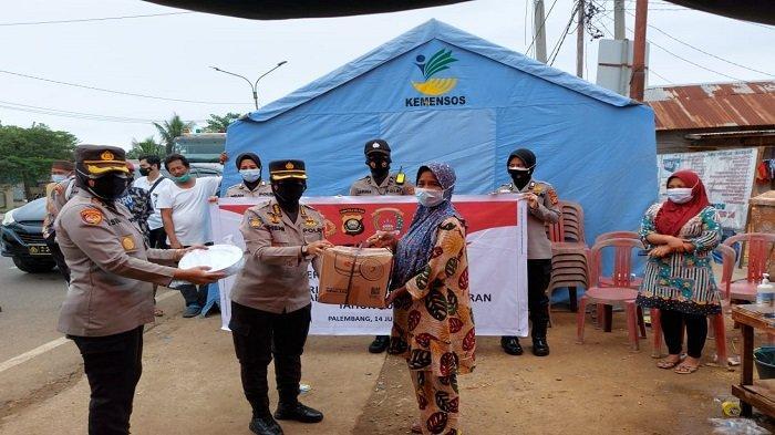 Pakor Polwan Polda Sumsel Beri Bantuan Korban Kebakaran di Pemulutan Ogan Ilir