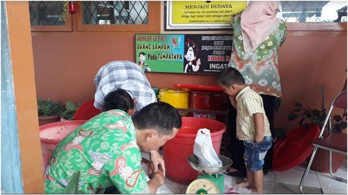 Panen Lele di Kolam Rawa SMPN 5 Palembang, Para Guru Rebutan Pilih Ukuran Ikan Paling Besar