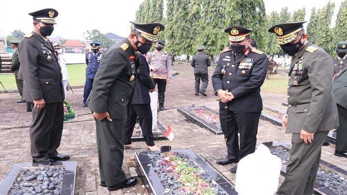 Sambut HUT TNI, Pangdam II Sriwijaya dan Kapolda Sumsel Ziarah ke TMP Kesatria Ksetra Siguntang