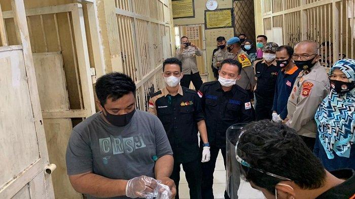 """8 Tahanan Polres Ogan Ilir Memberikan Hak Pilih """"Nyoblos"""" Dari Ruang Tahanan"""