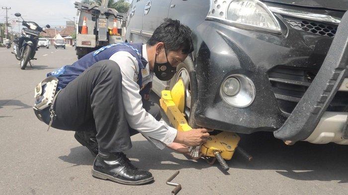 Dishub Gembok Mobil yang Parkir Sembarangan di Jalan Ahmad Yani Muaraenim