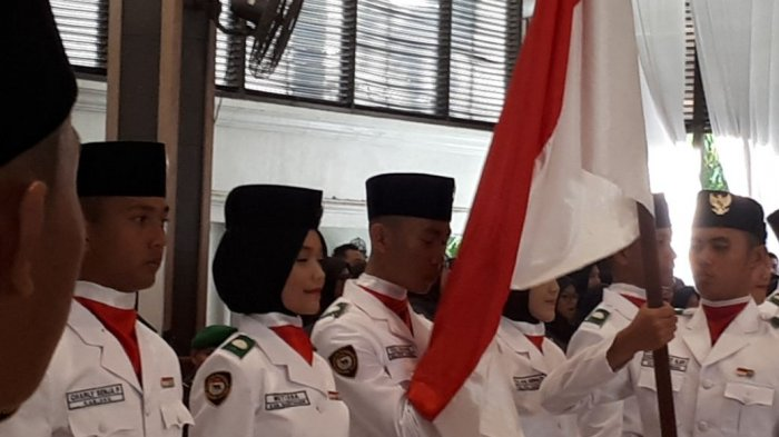 50 Paskibraka Sumsel Bergantian Cium Bendera Merah Putih Sebelum Dikukuhkan Alex Noerdin