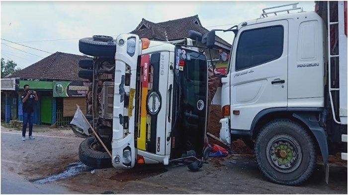 Pecah Ban, Truk Muatan Limbah Sawit Terbalik di Jalintim Desa Tugu Jaya OKI