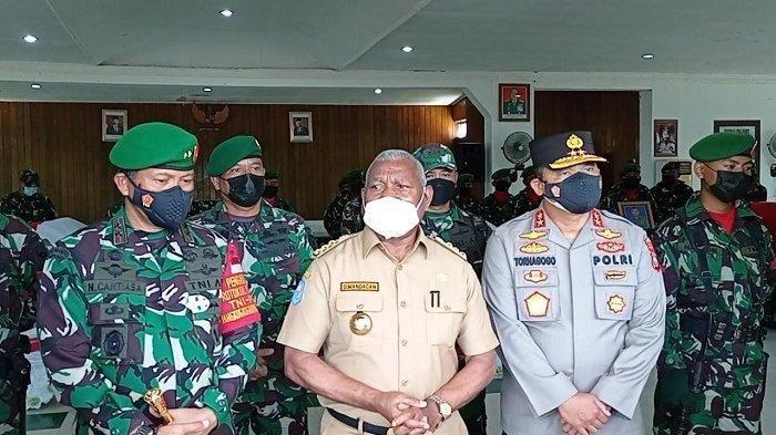 Suasana Saat Pangdam berikan keterangan terkait penangkapan dua orang terduga separatis di Aula Praja Vira Tama Sorong