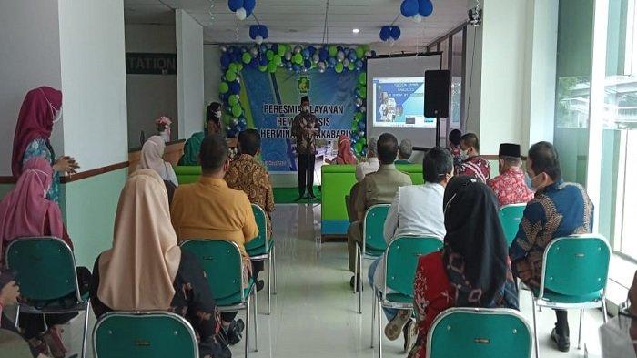 Bupati Banyuasin H. Askolani, SH MH didampingi sang istri Dr. Sri Fitrianti Askolani,  Jum'at (26/3/2021) meresmikan Pelayanan Hemodialisis RS. Hermina Opi Jakabaring.