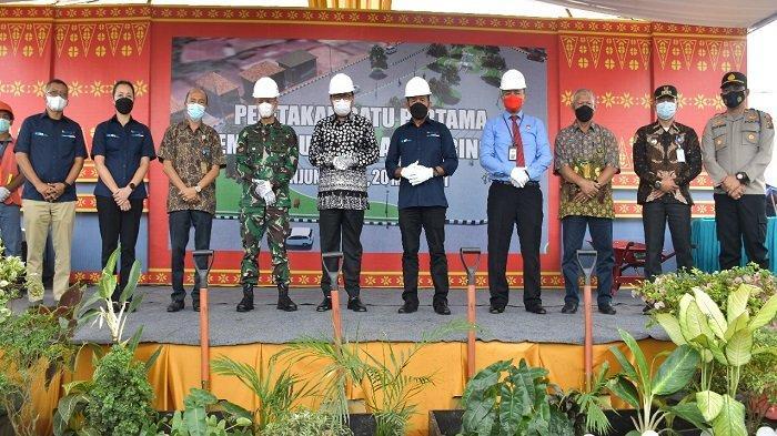 Direktur Utama PT Bukit Asam Tbk (PTBA) Suryo Eko Hadianto bersama Bupati Muara Enim Nasrun Umar meletakkan batu pertama pembangunan Plaza Saringan di Kawasan Eks Pasar Buah Bantingan Tanjung Enim, Kamis sore (20/5/2021).