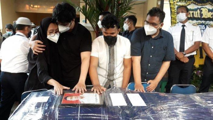 Isak Tangis di Pemakaman Captain H Mirza Pilot Rimbun Air, Terdengar Suara Panggilan 'Papa'