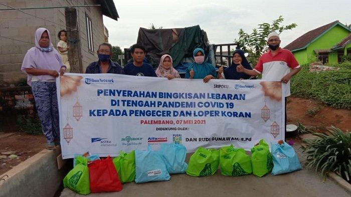 Foto bersama usai kegiatan sosial berupa pemberian santunan berupa bingkisan lebaran dan paket sembako oleh Harian Umum Sriwijaya Post dan Tribun Sumsel kepada pengecer dan loper koran, Jumat (7/5/2021).