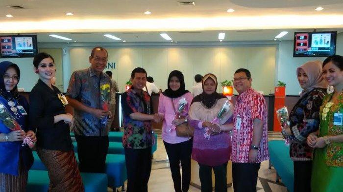 Hari Kartini, BNI Berikan Bingkisan Bunga ke Nasabah Perempuan
