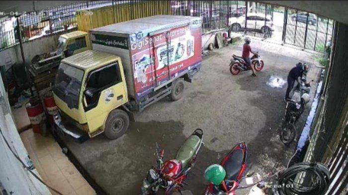 Viral Video Pencurian di Indralaya, Ketahuan CCTV Dua Pencuri Kabur Dikejar Pemilik Motor