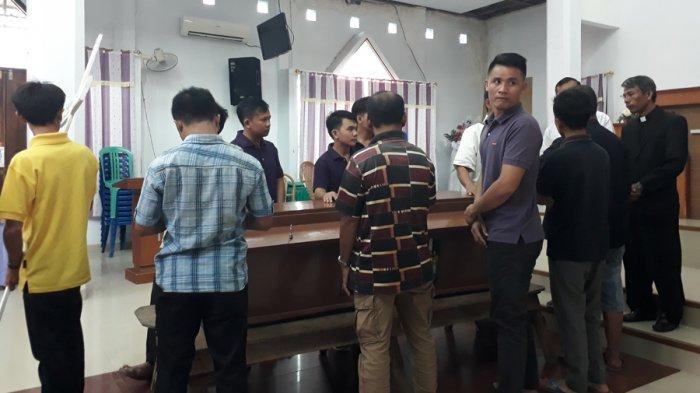 Pendeta Ambarita (kanan ujung) saat Proses ibadah penghiburan Melindawati Zidemi yang dilakukan di Gereja Kristen Injili Indoneisa, Jalan Urip Sumaharjo, Rabu (27/3/2019).