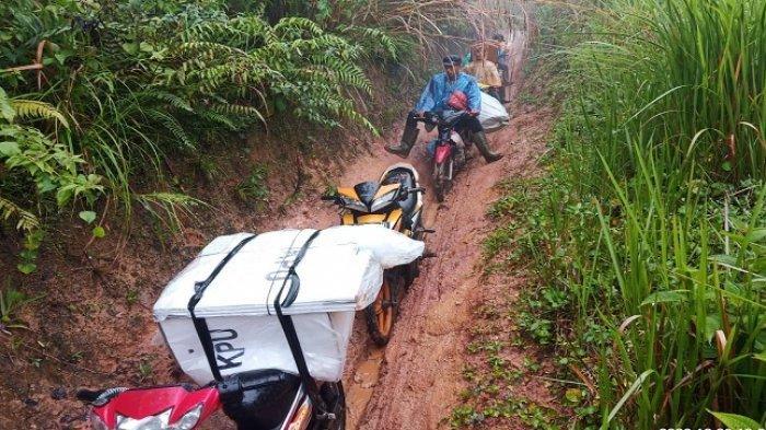 Foto- Foto Distribusi Logistik di OKUS, Naik Turun Bukit Hingga Menembus Hujan