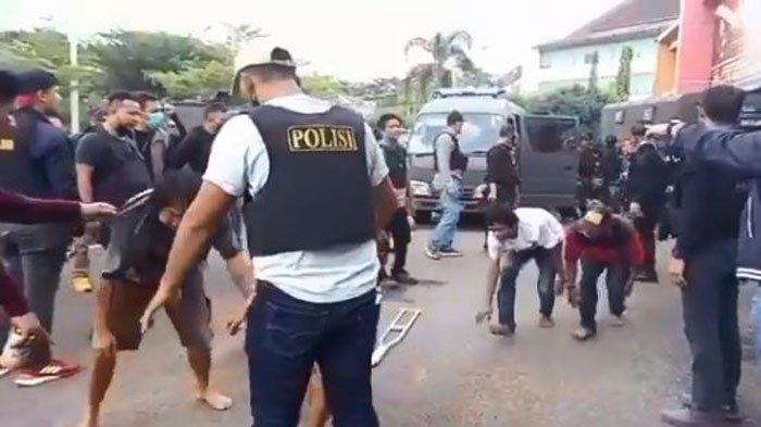 Sejumlah orang diamankan dari penggerebekan kampung narkoba di kawasan Tangga Buntung, Palembang, Minggu (11/4/2021).