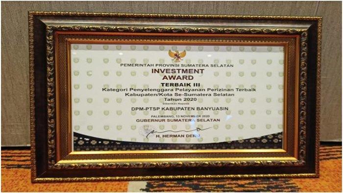 Penghargaan Investment Award Terbaik III yang diraih Pemkab Banyuasin.