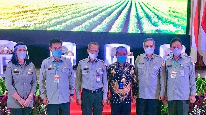 Bupati Askolani Dianugerahi Lencana Anugerah Karya Pangan dan Pertanian