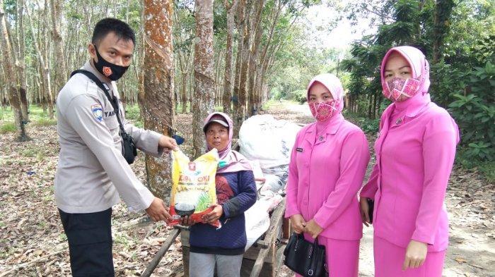 Bhayangkari Polsek Tanjung Raja Laksanakan Kegiatan Baksos bagi Warga Tak Mampu