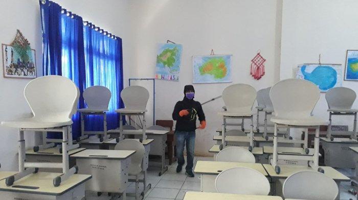 Seluruh Ruang Kelas dan Kantor Guru di SDN 143 Palembang disemprot Disinfektan