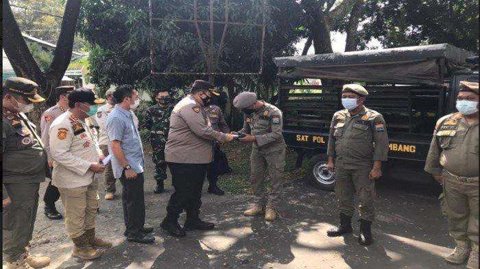 Kapolda Sumsel Beri Reward 3 Anggota Satpol PP Kota Palembang