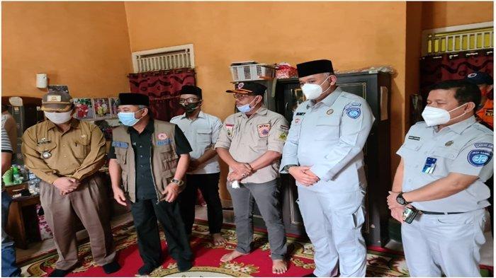 Penyerahan santunan dari Jasa Raharja pada keluarga korban jatuhnya Pesawat Sriwijaya Air SJ182 yang terindentififikasi.