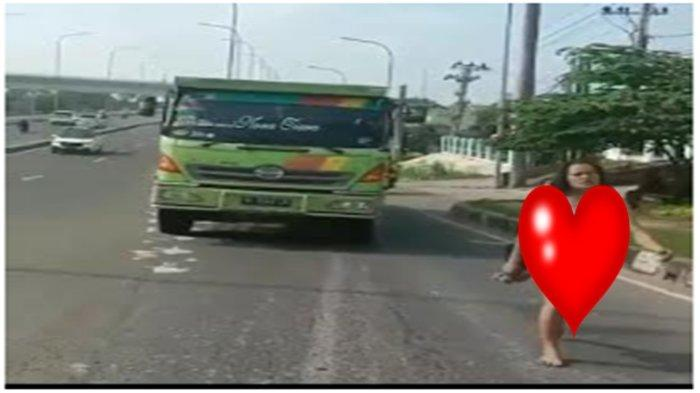 Nasib Perempuan Hanya Berpakaian Dalam Berjalan di Jalan Soekarno-Hatta Palembang Tadi Pagi