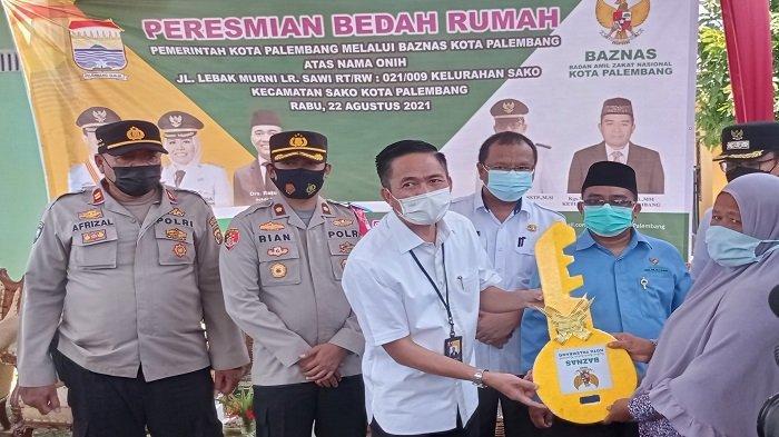 Sekda Ratu Dewa Resmikan Bantuan Bedah Rumah Milik Buruh Cangkul di Sako Palembang
