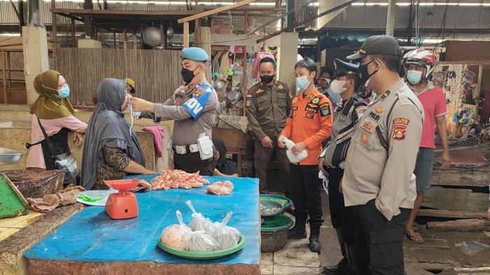 Polsek Indralaya dan Polsek Tanjung Raja Sosialisasi Prokes dan Bagikan Masker di Pasar Tradisional