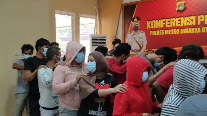 Puluhan orang yang diamankan Satresnarkoba Polres Metro Jakarta Utara dari penggerebekan pesta sabu di kawasan Puncak, Jawa Barat.