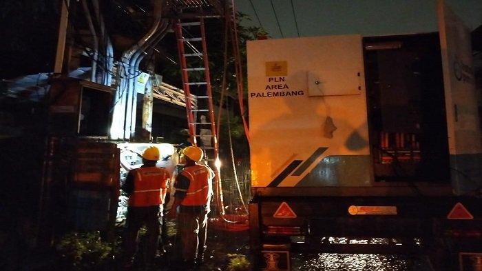 PLN Kerja Keras Pulihkan Gangguan Listrik di Palembang - petugas-pln-uiw-s2jb-melakukan-perbaikan-gangguan-distribusi-listrik.jpg