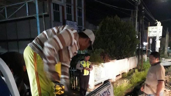 Anggota Satlantas Polrestabes Palembang Perbaiki Jalan Berlubang di Lokasi Rawan Kecelakaan