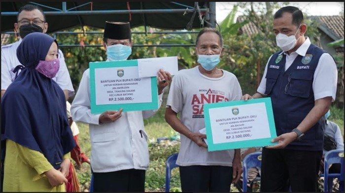 Plh Bupati OKU Serahkan Bantuan untuk Korban Kebakaran Pasar Baru, Uang Tunai Juga Sembako