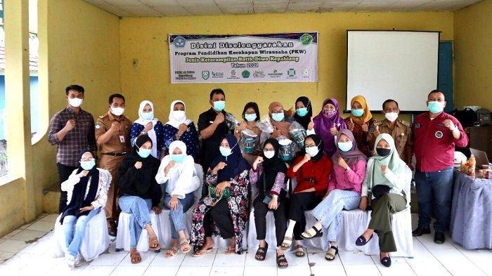 Lestarikan Motif Kain Khas Kepahiang, Rumah BUMN Binaan PLN dan Pemkab Gelar Pelatihan Batik Diwo - pln-mengadakan-pelatihan-ketrampilan-membuat-batik-diwo-kepahiang-1.jpg