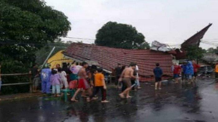 Pohon Tumbang dan Atap Rumah Warga Beterbangan Usai Angin Kencang dan Hujan Deras Mendera OKU