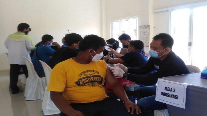 Bidokes Polda Sumsel Berikan Vaksin Gratis di Talang Kelapa