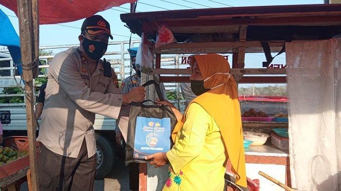 Polres OKU Timur Bagikan Paket Bantuan Covid 19 di Simpang Lengot OKU Timur