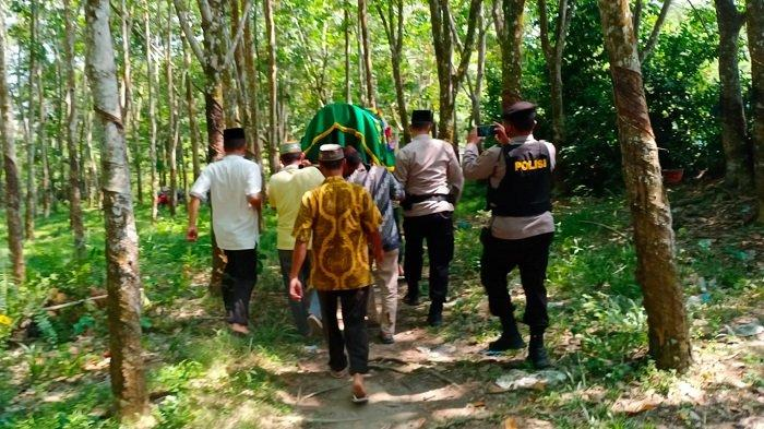 Sat Samapta Kawal Proses Pemakaman Jenazah Orang Tua Anggota Polres OI