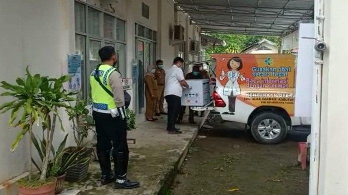 Anggota Satlantas Polres Ogan Ilir mengawasi proses pemindahan box vaksin di gudang kantor Dinkes Ogan Ilir.