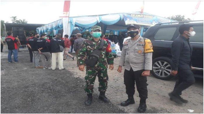 Bhabinkamtibmas Polsek Indralaya Amankan Giat Pembagian Bansos PPKM oleh Wakil Gubernur Sumsel