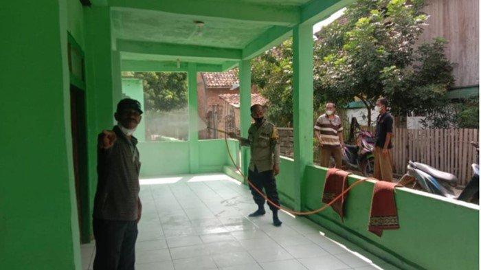 Bhabinkamtibmas Polsek Muara Kuang Semprot Disinfektan Masjid dan Pasar Kalangan